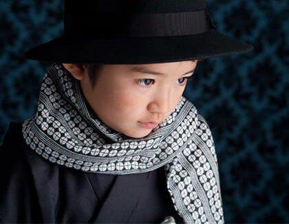 タキシード姿の七五三男の子:ママとこどもの情報誌「como」10月号に掲載