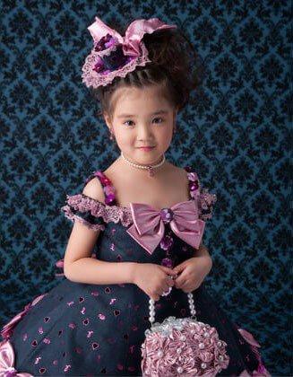 ドレスを着て洋髪スタイルの七五三女の子:ママとこどもの情報誌「como」10月号に掲載