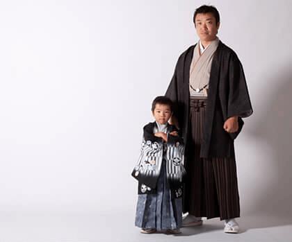 着物と羽織袴を着た七五三男の子とお父さんの写真:ママとこどもの情報誌「como」10月号に掲載