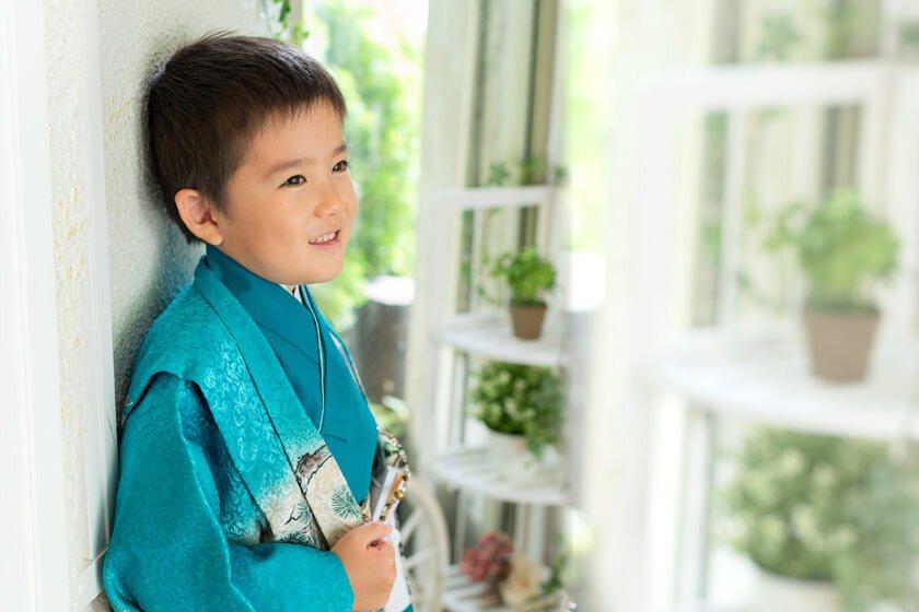 青緑色の着物を着た七五三男の子の写真