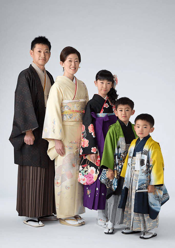 着物(袴)を着て卒業記念撮影をしている5人家族