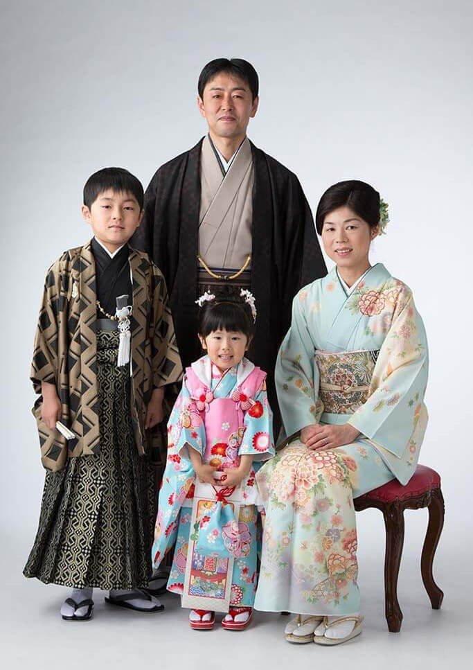 全員着物を着て卒業記念撮影をしている4人家族