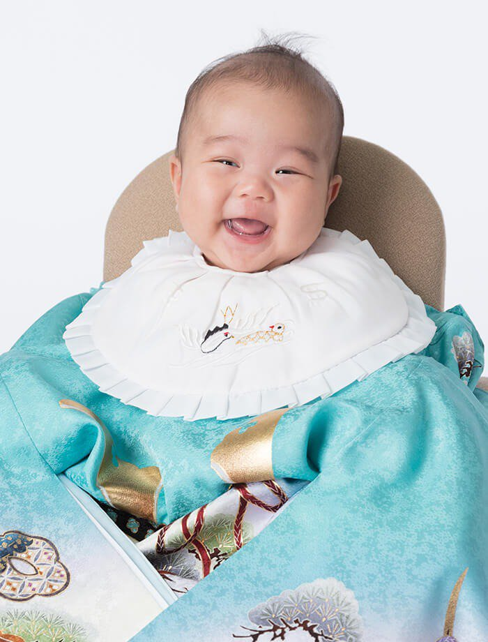 掛け衣裳を着た赤ちゃんのお宮参りお祝い写真