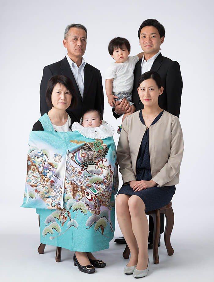 掛け衣裳を着た赤ちゃんと、お母さん・お父さん・おばあちゃん・おじいちゃん・お兄ちゃんの家族6人で撮影したお宮参り記念写真