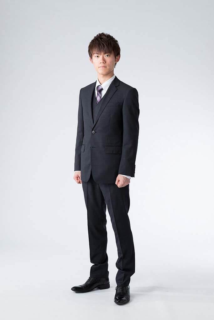 成人式撮影:スーツ姿の成人男性の写真