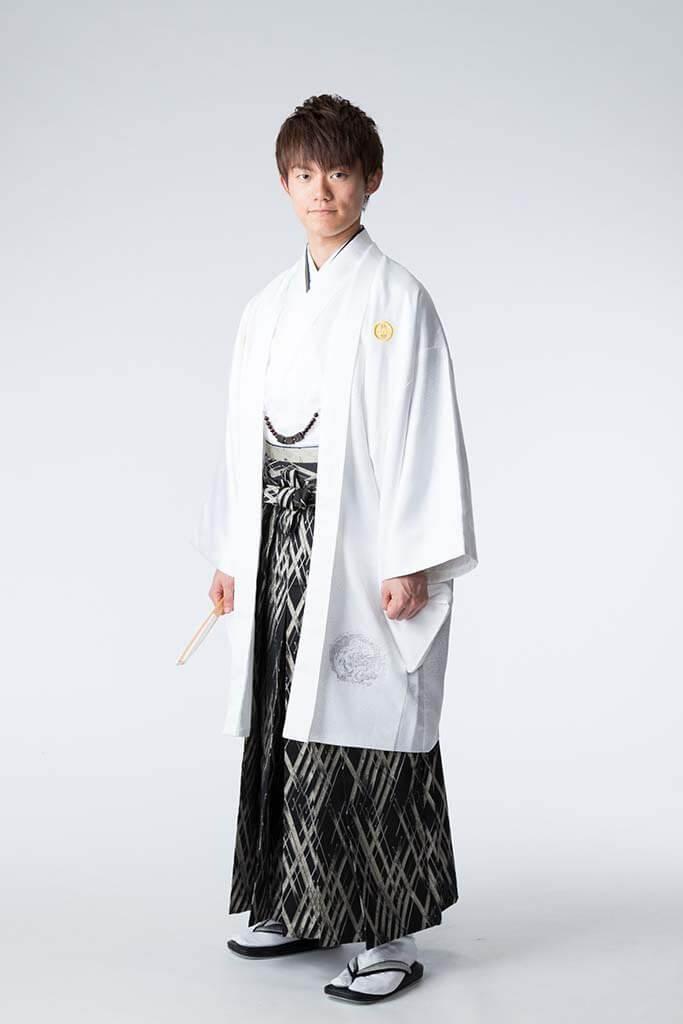 成人式撮影:黒い袴と白い羽織を着た成人男性の写真