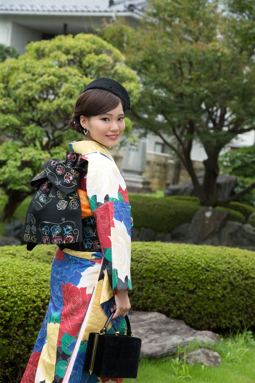 振り袖を着た成人女性写真:春の前撮りローケーション撮影
