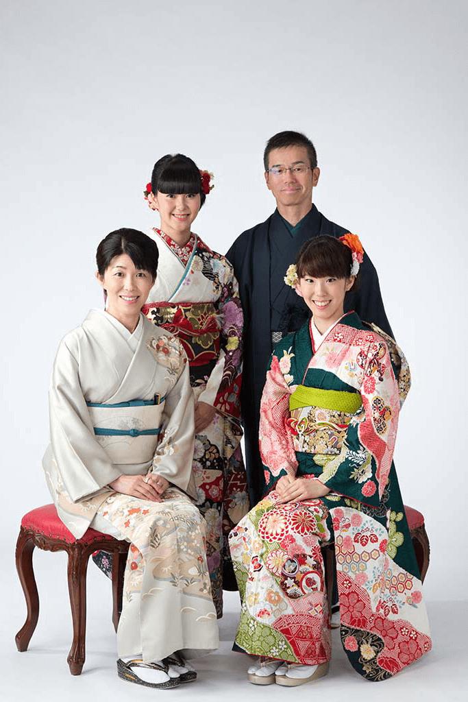 成人式撮影:振袖を着た成人女性2人と両親で撮った成人記念の家族写真