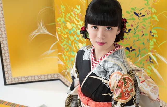 京都のメーカー厳選振袖を着用して成人式撮影をする女性の写真