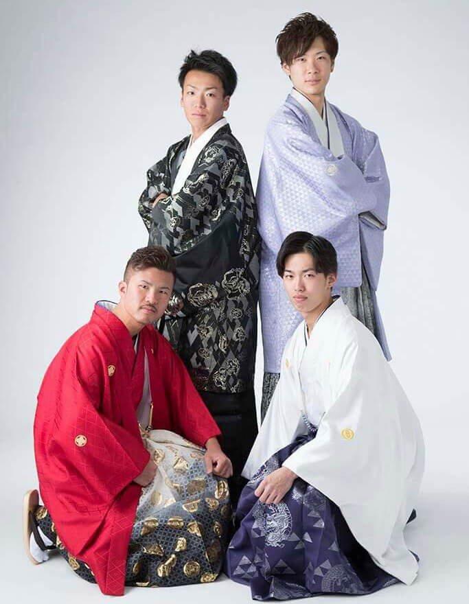 成人式撮影:羽織袴を着ている成人男性4人の写真