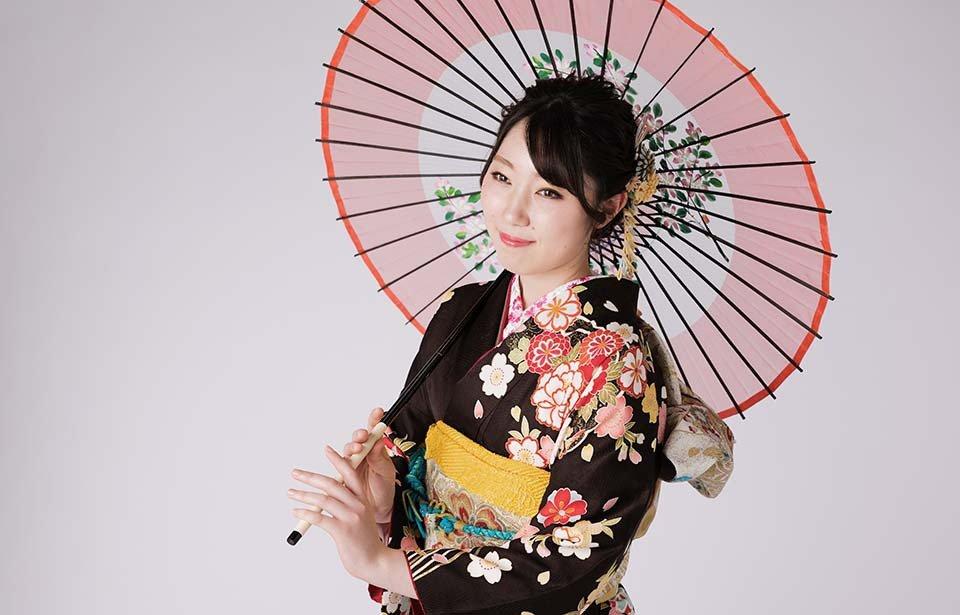 写真:振袖にショール姿に和傘を持った成人式撮影の女性