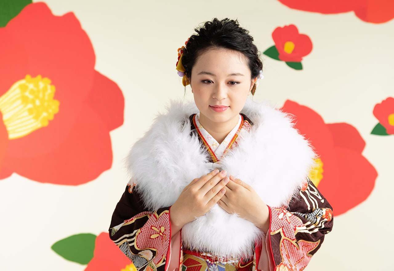 写真:振袖にショールを羽織った成人式撮影の女性