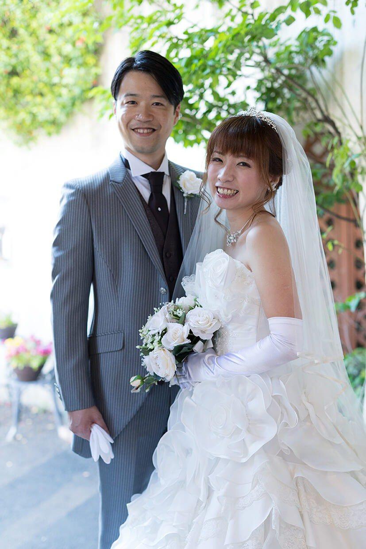 写真:タキシードを着た新郎と、純白のウエディングドレスを着てブーケを持っている新婦のウエディング(結婚・婚礼)写真
