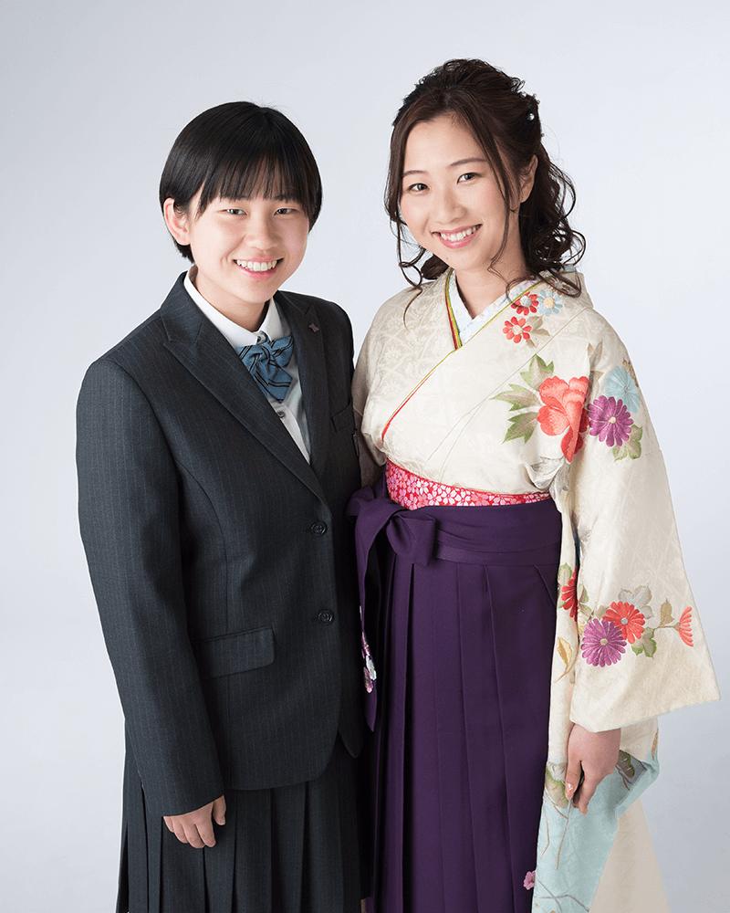 着物と袴姿の大学卒業の姉と、高校生の妹の姉妹写真